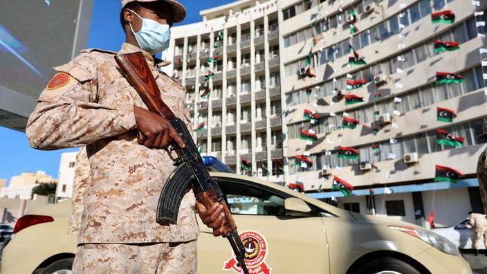 Un membre des forces de sécurité libyennes surveille les dix ans de la révolution, le 17 février à Tripoli.