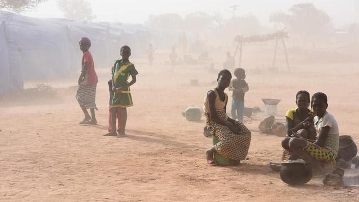 Des personnes déplacées qui ont fui les violences, dans le camp construit par l'ONG allemande HELP à Pissila, au Burkina Faso, le 24 janvier 2020.