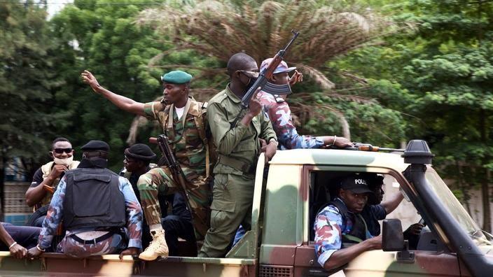 Soldats maliens dans les rues de Bamako, le jour suivant l'arrestation du président Ibrahim Boubacar Keïta.